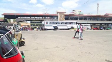 Traffic in front of Galle bus station — Vídeo de Stock