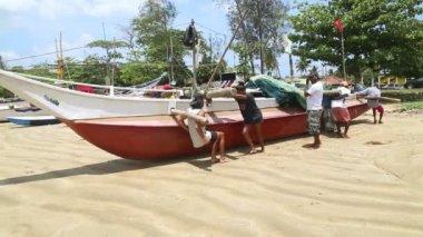 Fishermen pushing boat — Stok video