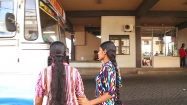 Two women at the bus station in Galle — Stock Video