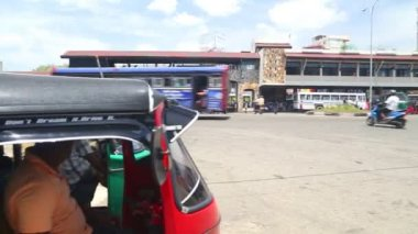 Local traffic in front of Galle bus station — Stock Video