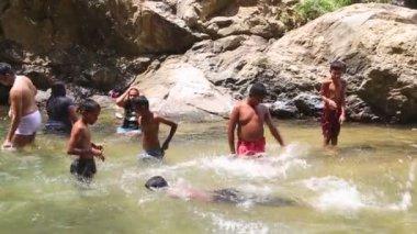 Boys enjoying the Ravana Falls in Ella — Stock Video
