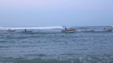 Local fishermen in the waves — Vidéo