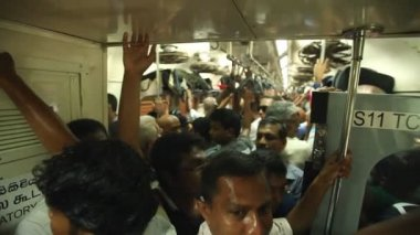 Vista della affollata persone locali che viaggiano in treno — Video Stock