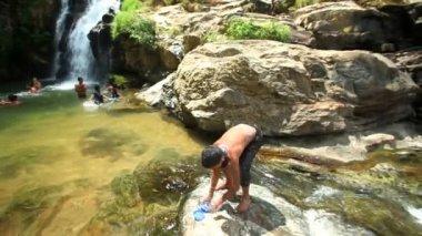 People enjoying the Ravana Falls — Vídeo de stock