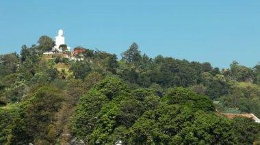 Buddha staty på kulle i Kandy — Stockvideo