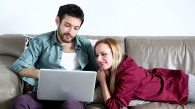 Couple surfing on laptop in living room — Vidéo
