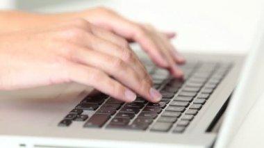 Frau über Laptop-Tastatur eingeben — Stockvideo