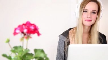 Woman listening to music on laptop — Stock Video