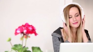 Woman listening to music on laptop — Video Stock