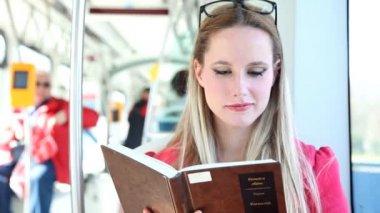 路面電車の女読書 — ストックビデオ