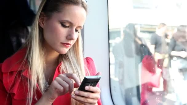 Woman in tram typing on mobile phone — Vídeo de stock