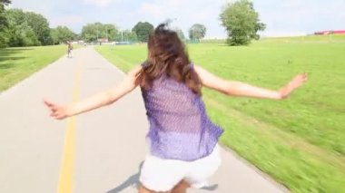 Young attractive woman rollerblading in park on a beautiful sunny day. — Stock Video