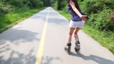 Young attractive woman rollerblading in park — Stock Video