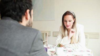 Couple talking in a cafe — Vídeo de Stock