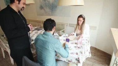 Bir çift gelen emir alan garson — Stok video