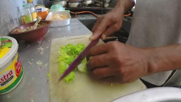 Homme, émincer les légumes. — Vidéo