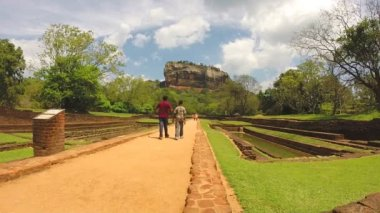 View of people walking in park below from Sigiriya rock. — Vidéo