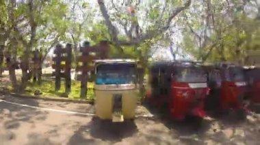 Tuk tuk vehicles parked next to road — Стоковое видео