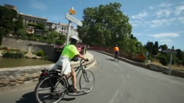 Retired couple cycling on road — Vídeo de stock