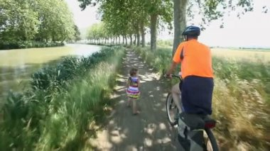 Man cycling with grand daughter — Stock Video