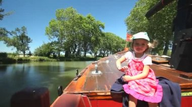 Child on a wooden boat — Vídeo de stock