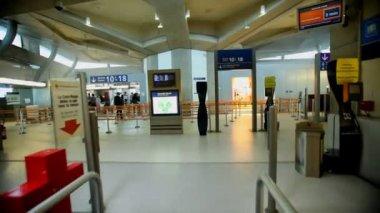 Escalators in charles de gaulle airport — Stock Video