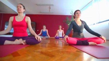 Femmes faire du yoga sur tapis en caoutchouc — Vidéo