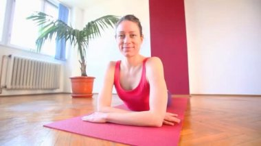 Female yoga instructor in hall — Stock Video