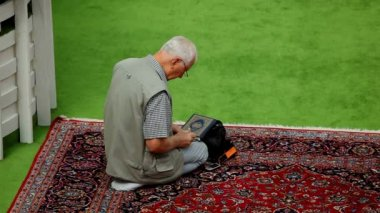 Muslim devotee in afternoon prayer in mosque — Stock Video