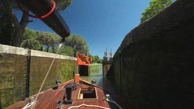 Boat in lock — Стоковое видео