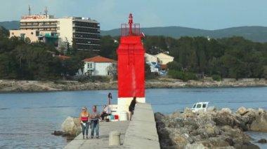 Toeristen lopen op haven muur — Stockvideo