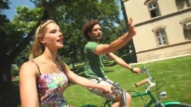 Couple enjoying cycling through park — Stock Video