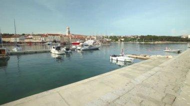 Boten in haven van de oude stad Krk — Stockvideo