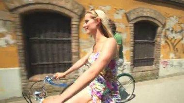 Couple cycling on sidewalk lane — Stock Video