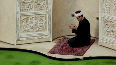 Zagreb Imam leading afternoon prayer in mosque — Stockvideo
