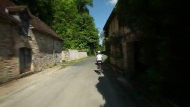 Женщина, ездящая на велосипеде на дороге — Стоковое видео