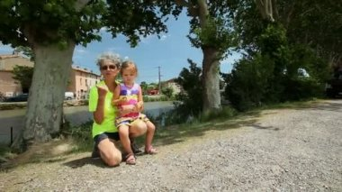 Grandmother and granddaughter on the canal du midi — Stock Video