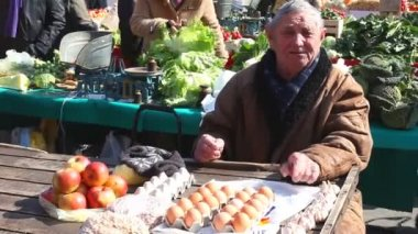 Man selling local produce on Dolac market — Stock video