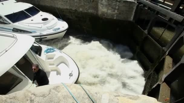Barcos en cerradura — Vídeo de stock
