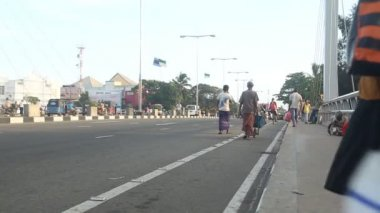 Pedestrians and vehicles on busy Galle  street — Stock Video