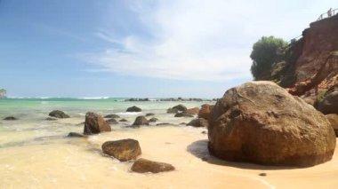 Rocks on a sandy tropical beach — ストックビデオ