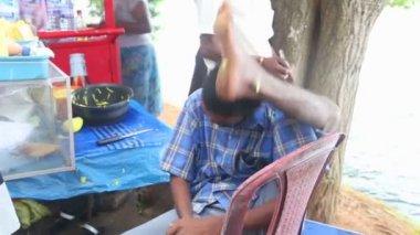 Man putting his leg behind his head — Stok video