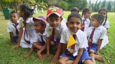 Children in school uniform playing in the Botanical Gardens — Stock Video