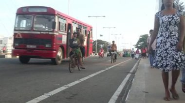 Busy streets of Matara with pedestrians and traffic — Stock Video