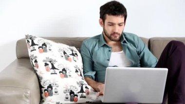 Man using laptop in living room — Stock Video