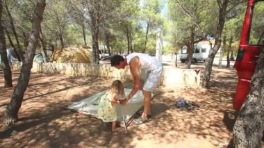 Father and daughter putting up tent — Vídeo de Stock