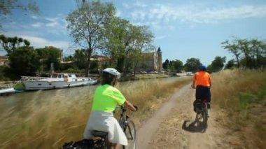 пара, ездящая на велосипеде около реки — Стоковое видео