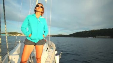 Woman standing on bow of sailing boat — Stock Video