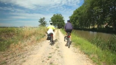 Couple cycling on the canal du midi — Stock Video