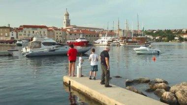 Fishermen in old town Krk harbour — Stock Video
